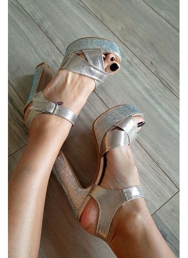 Topukla Ayakkabı Altın